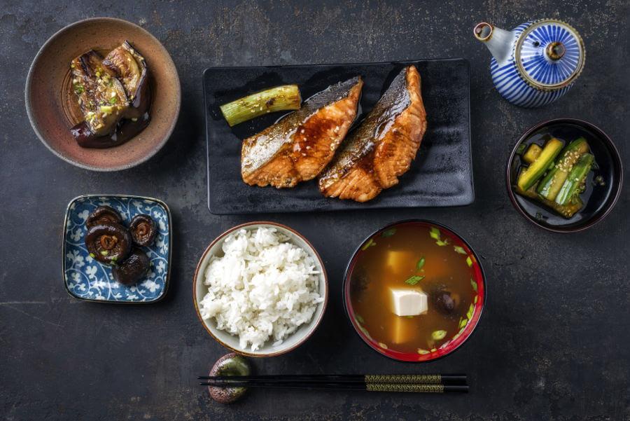 Menú tradiconal japonés con sopa de miso
