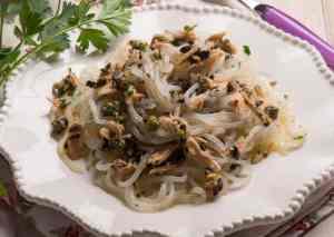 Fideos shirataki de konjac con atún, aceitunas negras y alcaparras [Receta fácil, rápida y ligera]