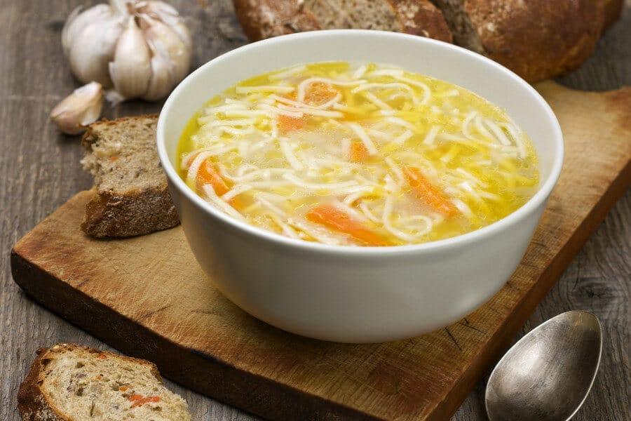 Sopa ligera de noodles con zanahoria