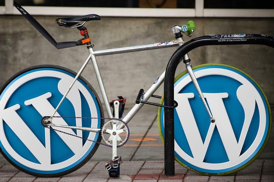 logo wordpress en ruedas bicicleta