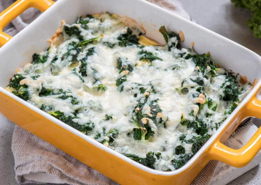 Kale al horno con huevos y queso [Receta fácil]