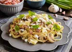 Ensalada de espaguetis con bacon, champiñones y queso [Receta fácil y rápida]