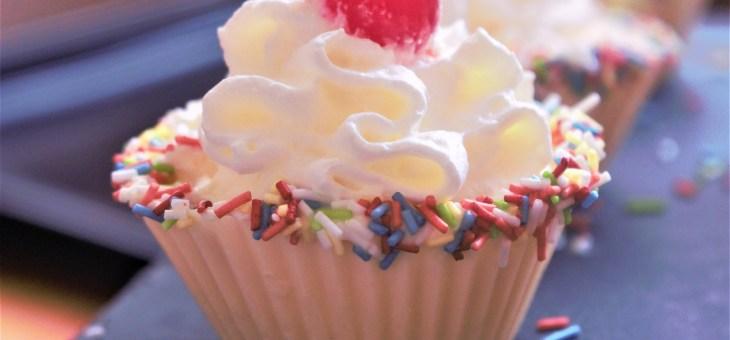 Vasitos de chocolate blanco rellenos de nata