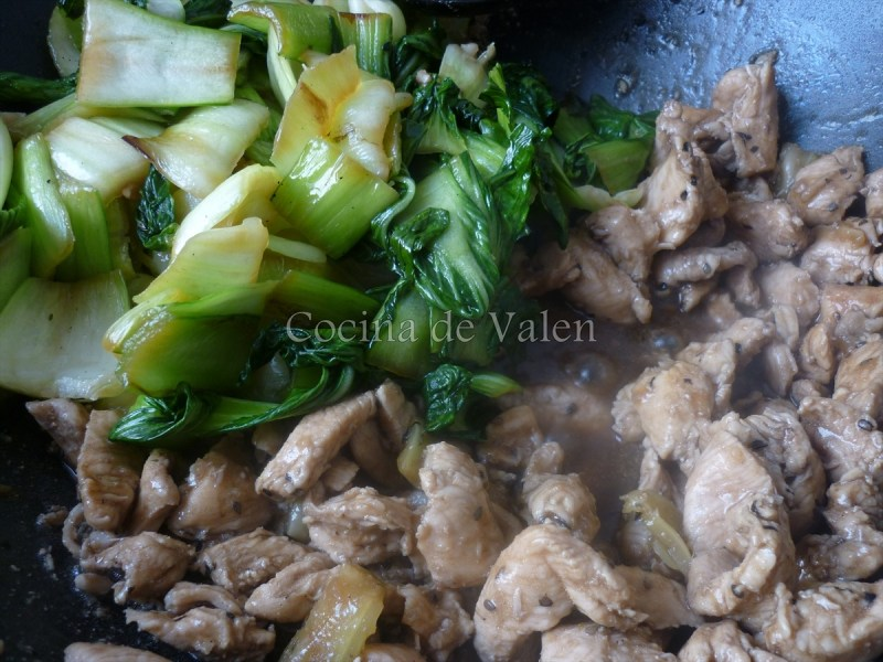 Pollo Salteado con Pak Choi y Sésamo