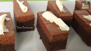 Brownie de chocolate cubierto con mousse