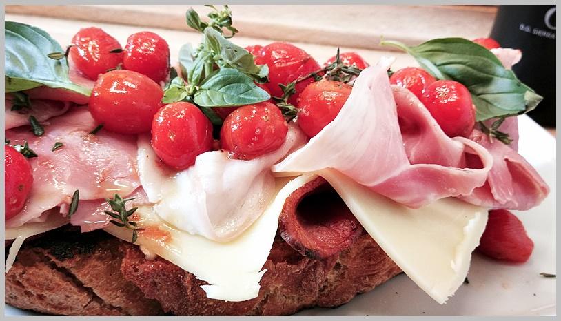 tosta de bacon, jamón, queso y tomatitos