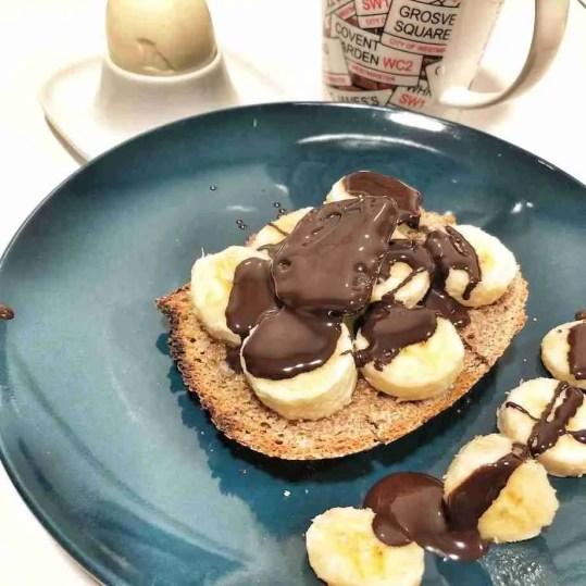 Tostadas integrales con plátano y chocolate derretido | Recetas ...