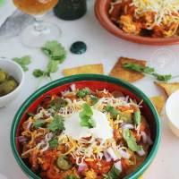 Chilaquiles rojos con chorizo, huevo y queso, una receta mexicana para triunfar el fin de semana.