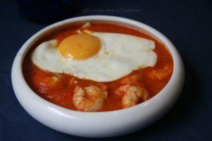 receta con langostinos, huevo y tomate frito