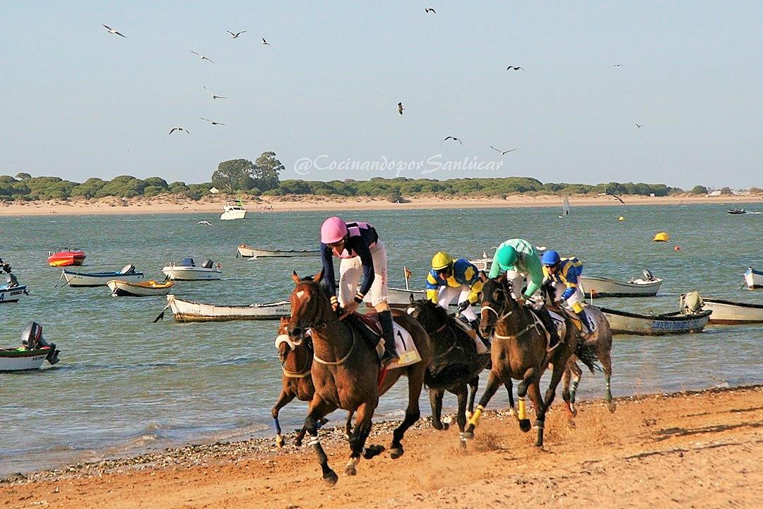 Carreras de caballos en la playa.