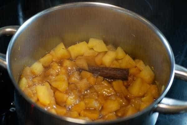 Olla con compota de manzana