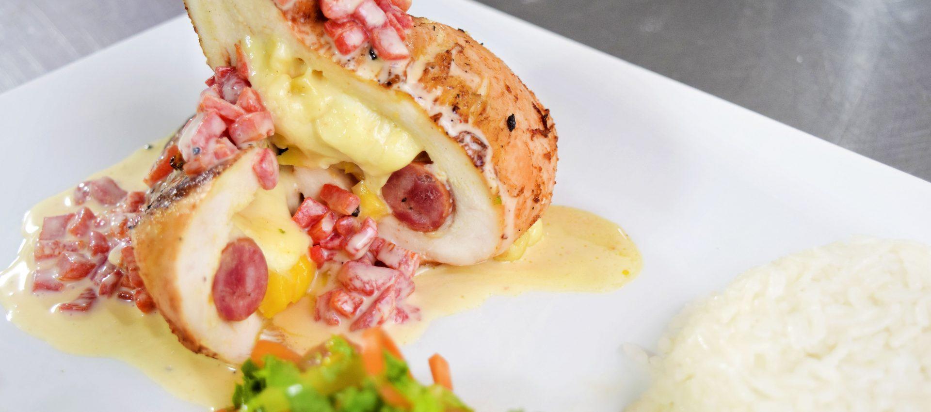 Pechuga rellena de queso doble crema con salsa de pimientos asados  Cocinarte