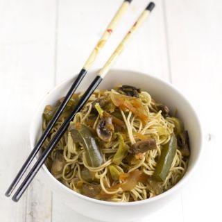 Chop suey de verduras con  fideos chinos