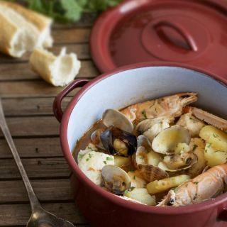 Suquet de rape y marisco, plato tradicional marinero