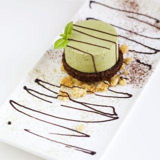 Mousse de té matcha con crujiente de almendra y bizcocho de chocolate