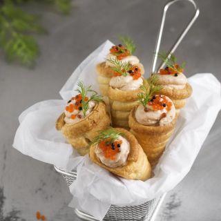Conos de hojaldre con mousse de salmón y gorgonzola