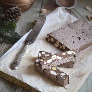 Nougat de chocolate con almendras, avellanas y pistachos