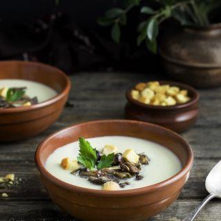 Crema de cebolla casera con setas de temporada y azafrán