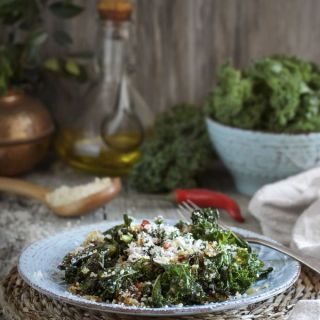 Kale salteado con quinoa, queso parmesano y crujiente de pan
