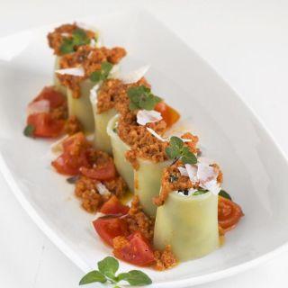 Paccheri rellenos de ricotta y espinacas con pesto rojo