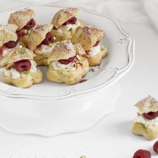 Petit Choux rellenos de crema de queso y frambuesas