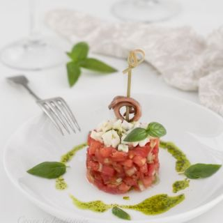 Tartar de tomate rosa con mozarella y aceite de albahaca