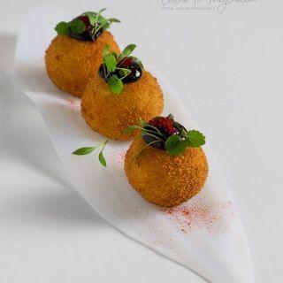 Bombas de patata rellenas de pulpo con alioli de ajo negro