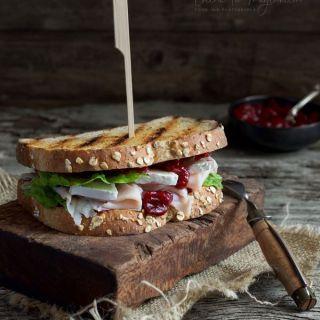 Chutney de arándanos rojos en sandwich de pavo y queso brie