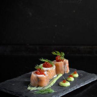 Rollitos de salmón ahumado con queso ricotta y crema de aguacate