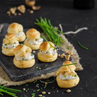 Profiteroles salados con crema de roquefort y pera