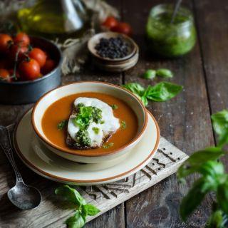 Sopa de tomate con tosta de mozzarella y salsa pesto