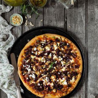 Pizza de remolacha, cebolla roja caramelizada y queso feta