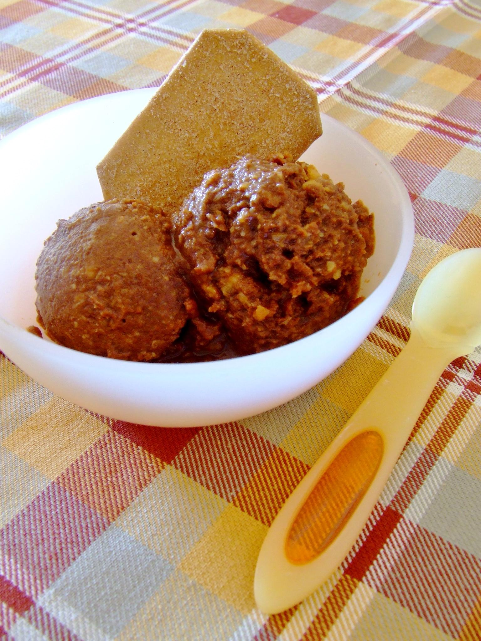 Helado vegano de chocolate y avellanas