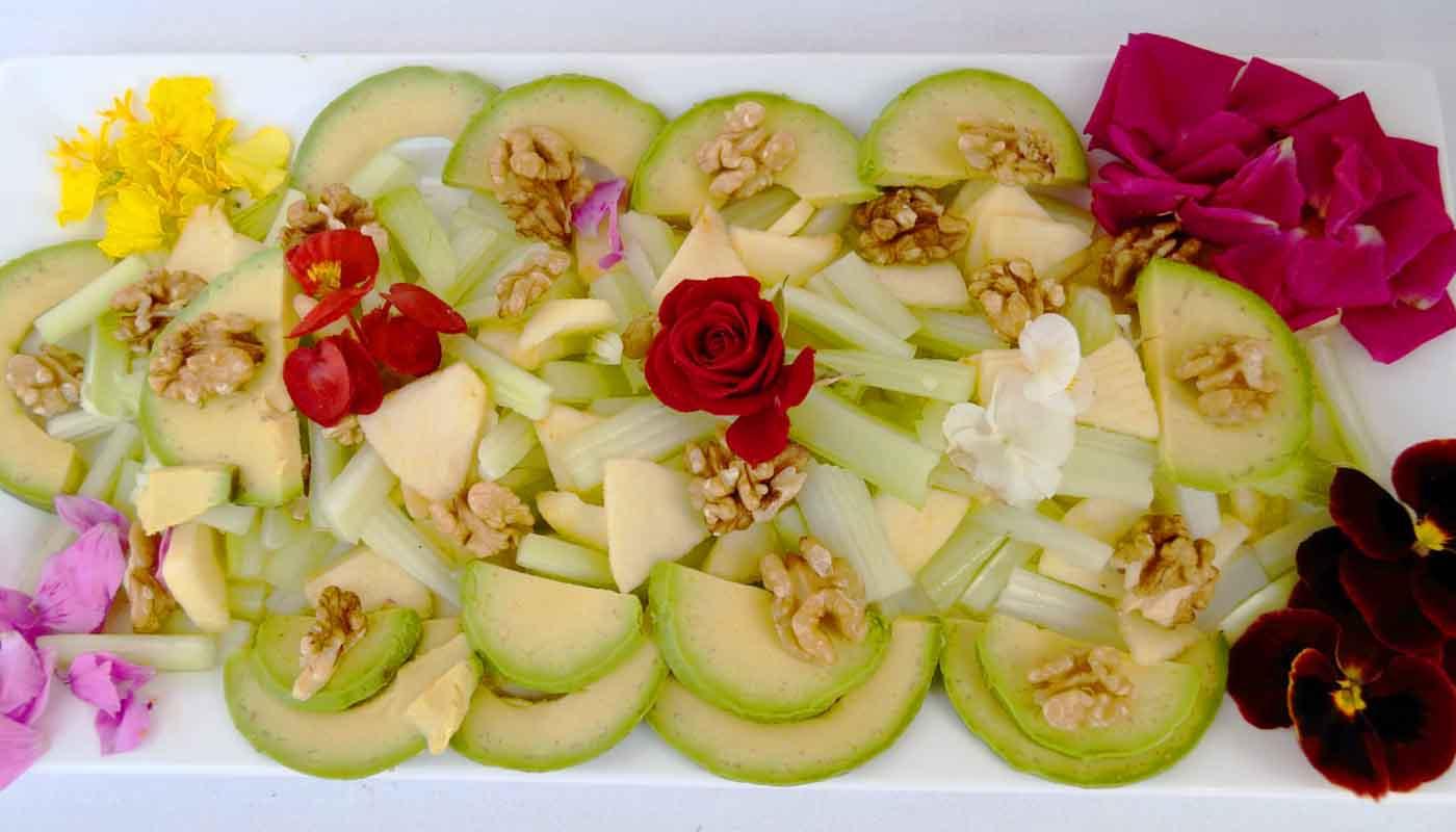 Receta de ensalada de aguacate, manzana, apio y flores - recetas de ensaladas - recetas con flores - recetas realfooding o real food