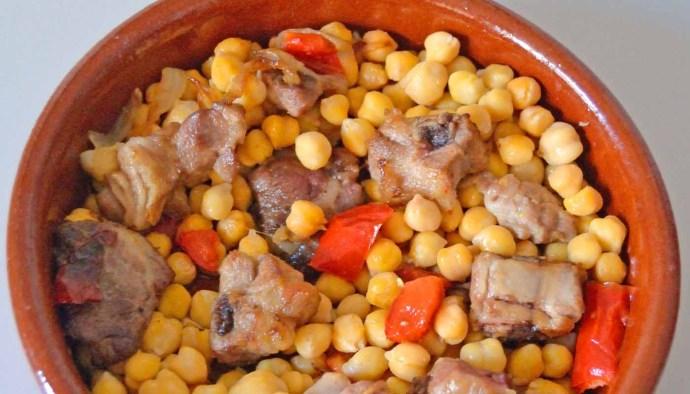 Receta de guiso de garbanzos con costillas de cerdo - recetas de garbanzos - recetas de legumbres - recetas con costillas de cerdo - recetas realfooding o real food