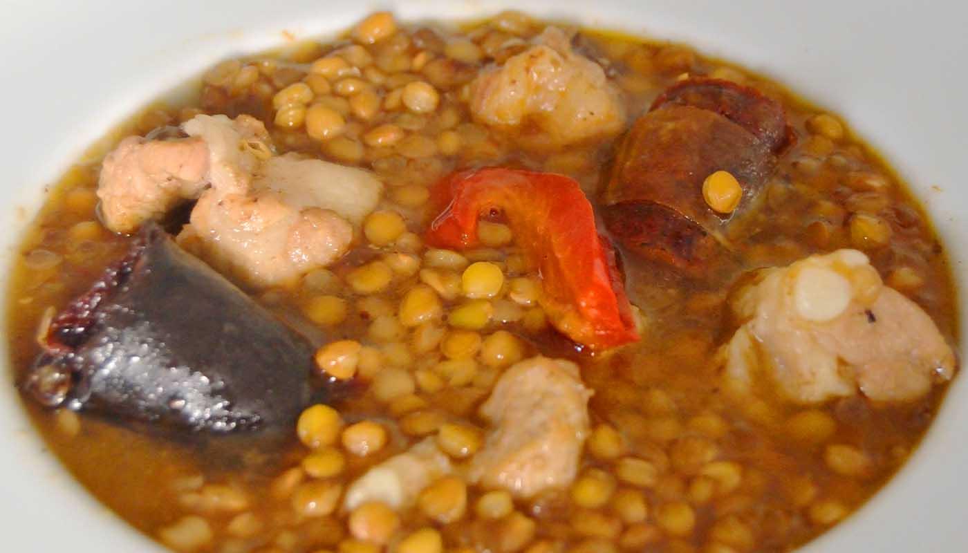 Receta de guiso de lentejas con morcilla, chorizo y costillas de cerdo - recetas de lentejas - recetas de legumbres - recetas realfooding o real food