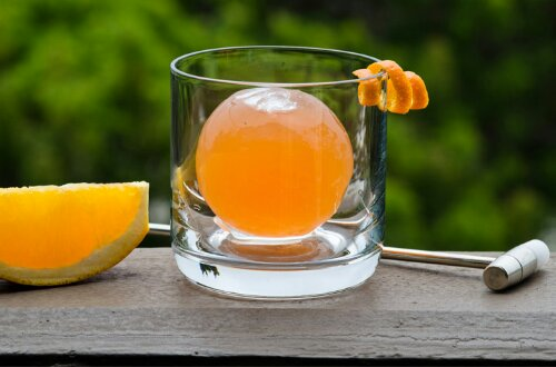Cocktail IN an Ice Sphere (1/4)