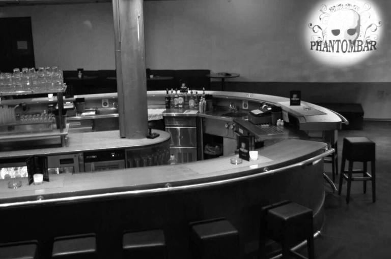 Phantombar Stuttgart Theke mit Barstühlen