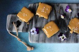 Hurtig og nem opskrift på verdens bedste brownie med lækker karamel på toppen