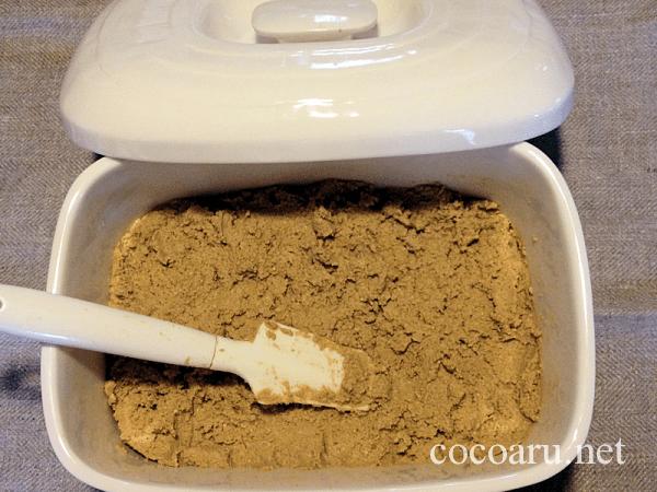 麹屋甚平(熟成ぬか床)を容器に入れる
