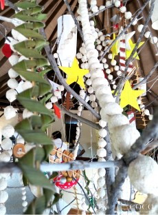 Sand-covered decorations for a tropical white Christmas