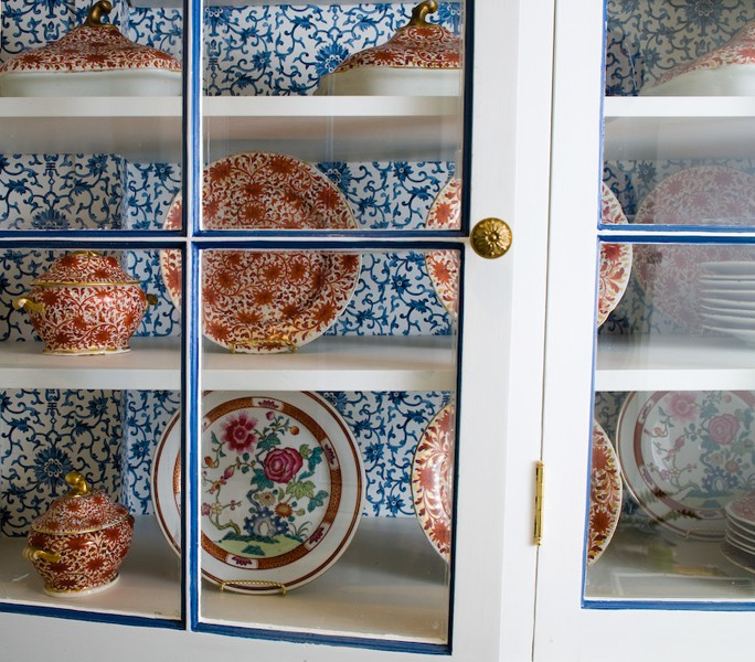 Charmant Glass Front Upper Kitchen Cabinets With Blue And White Wallpaper Inside The  Cabinets