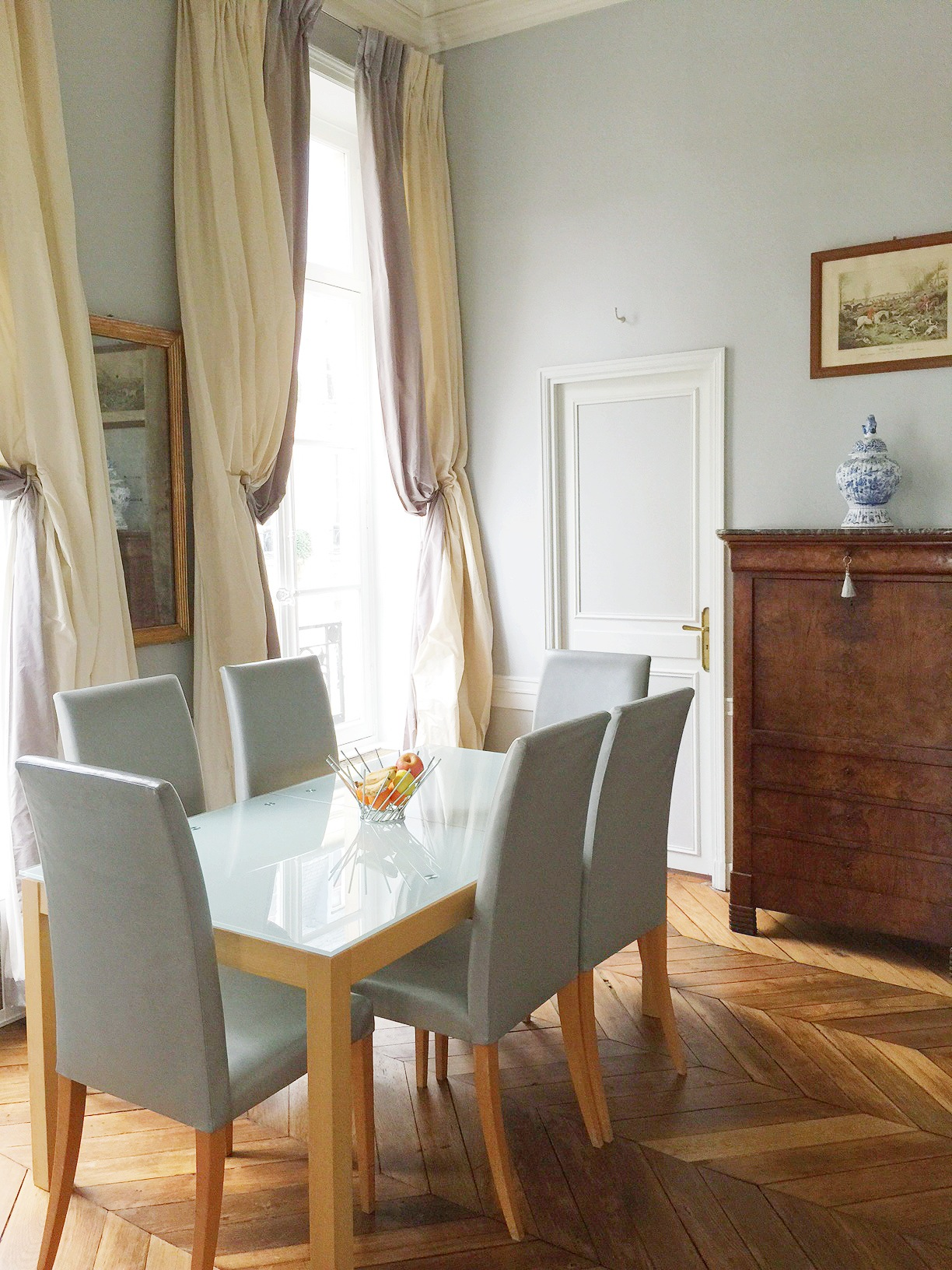 paris-apartment-dining-room-cococozy