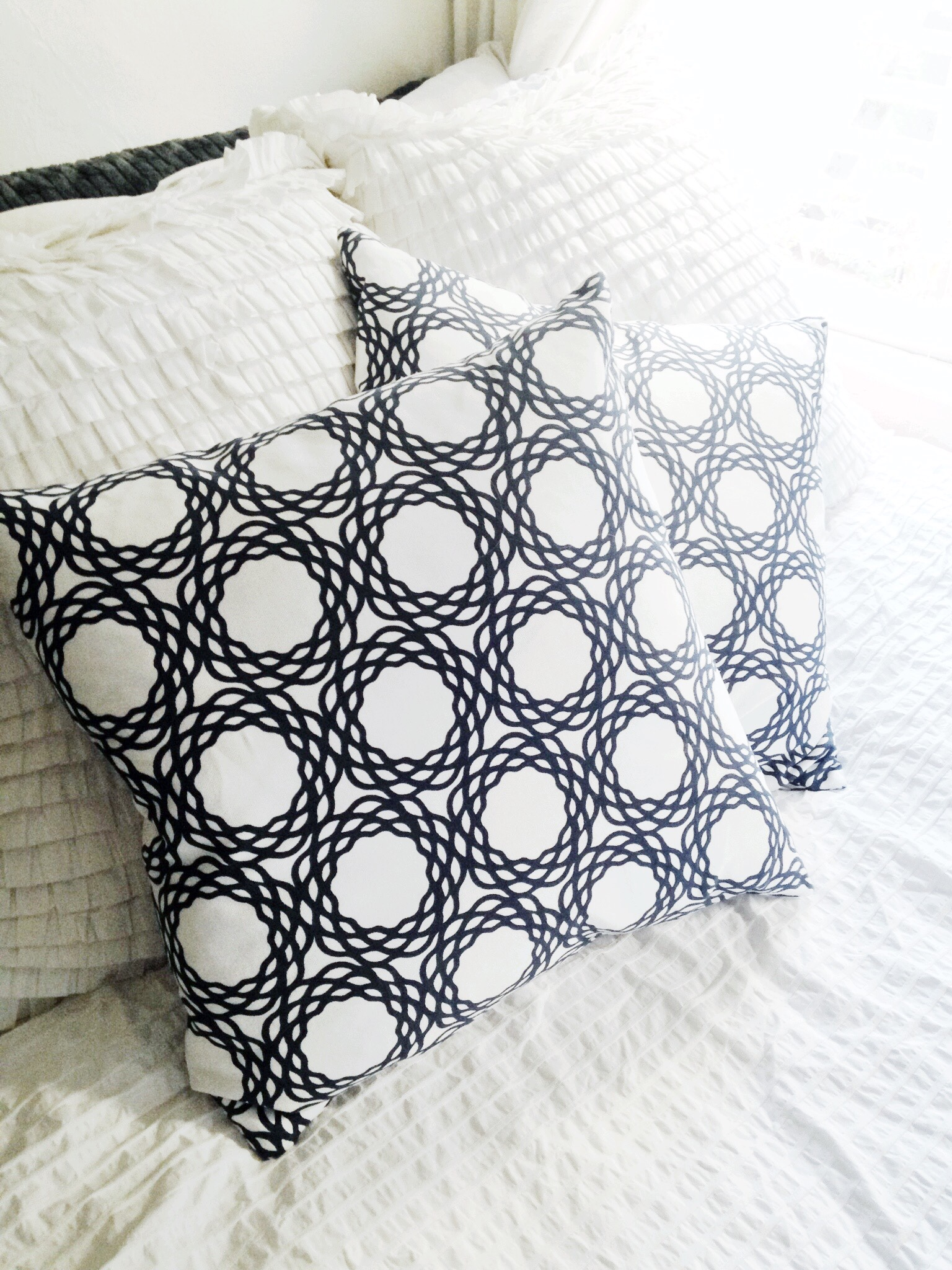 cococozy-oxford-pillow-navy-white-geometric-pattern-print