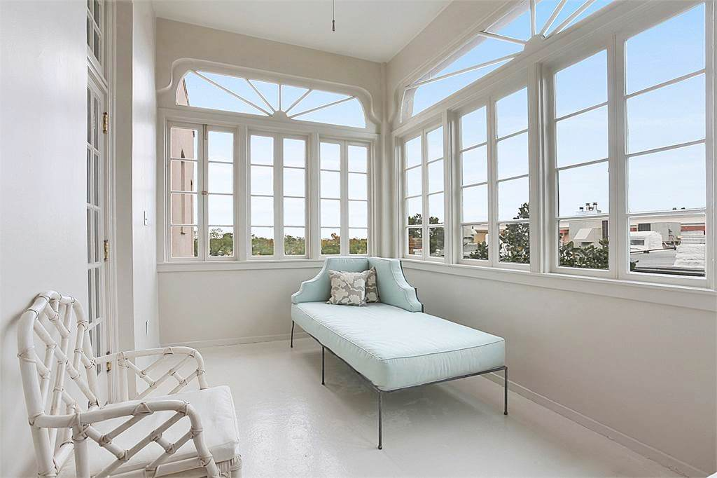 new-orleans-penthouse-sun-porch-blue-chaise-lounge-settee-cococozy