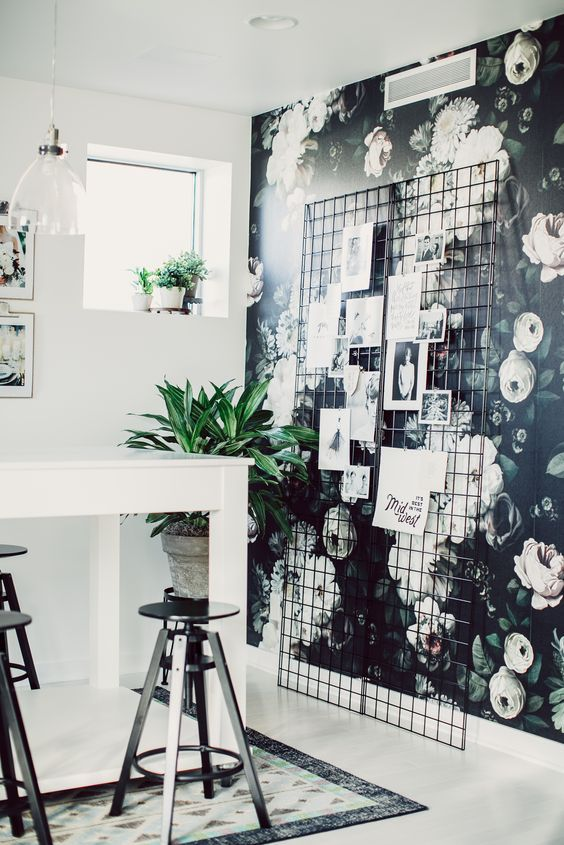 dark-floral-wallpaper-black-background-white-pink-flowers-office-cococozy-decocrushfr