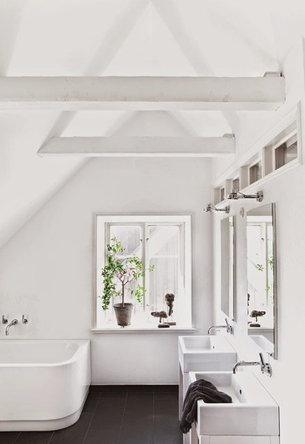 White bathroom with black tile floor in Jenny Hjalmarsson Boldsen's home