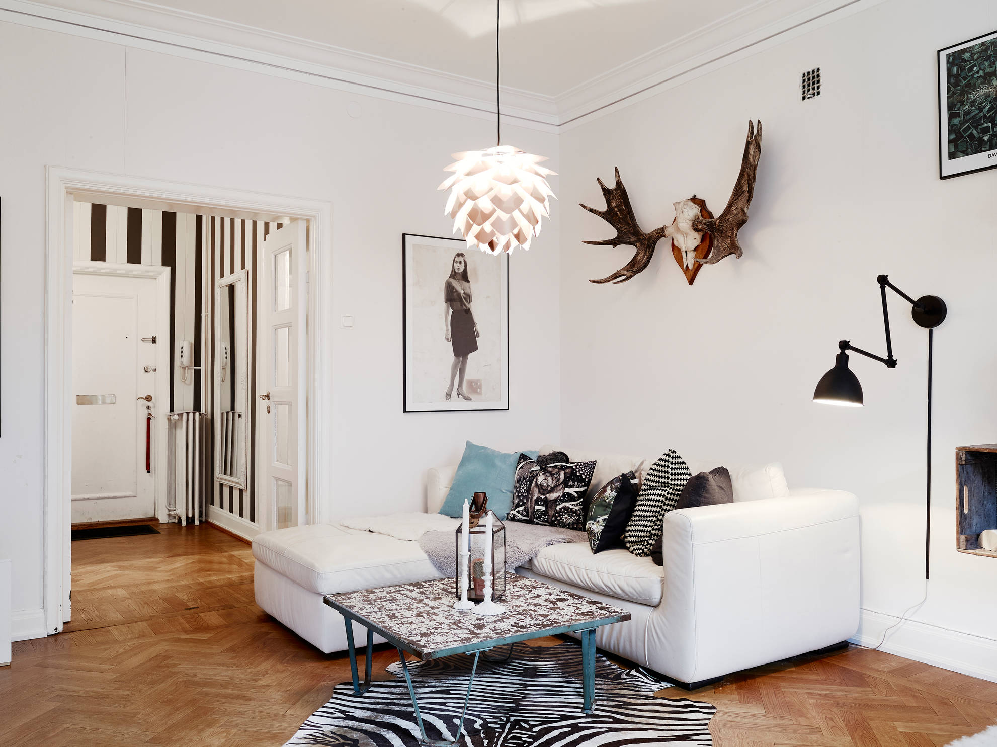Living room with different angles and lines  COCO LAPINE DESIGNCOCO LAPINE DESIGN