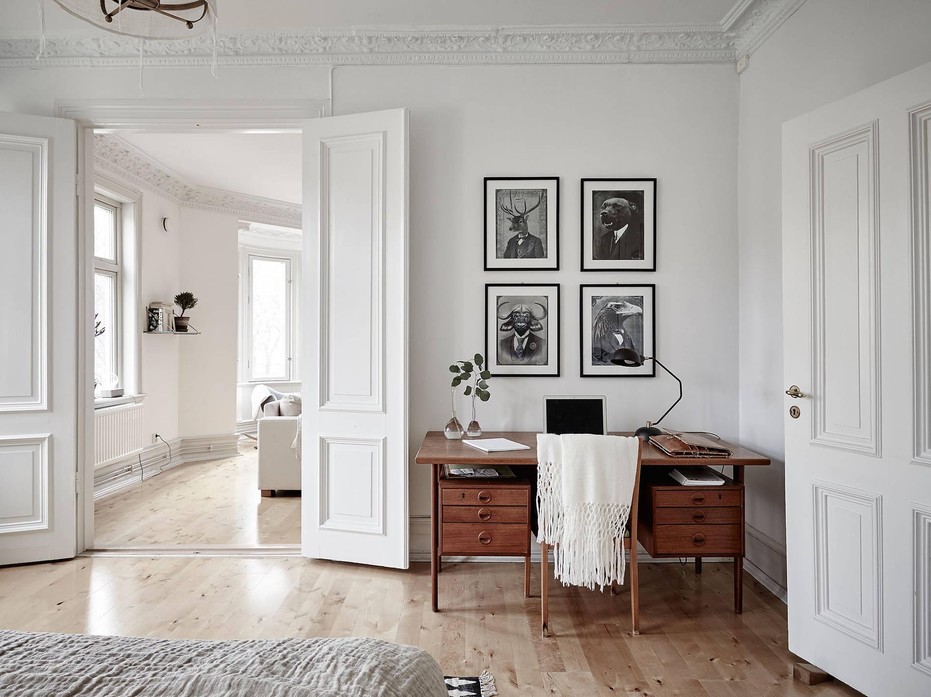 Midcentury modern interior in an old building  COCO LAPINE DESIGNCOCO LAPINE DESIGN