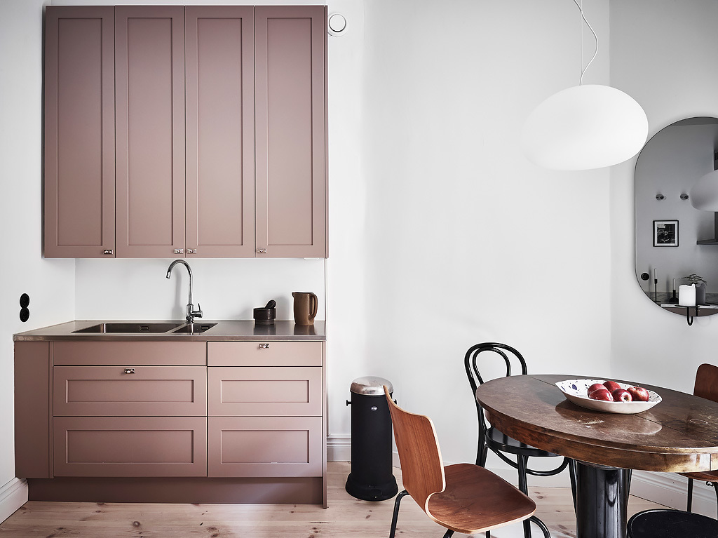 Interesting play of warm and cool tints - via Coco Lapine Design